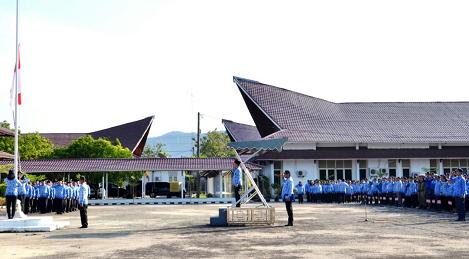 Foto : Wakil Bupati Tapteng selaku Pembina Upacara Hari Kesadaran Nasional Pemkab Tapteng, Senin (19/02/2018).